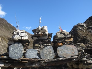 Old stones, on the way to Larke Phedi